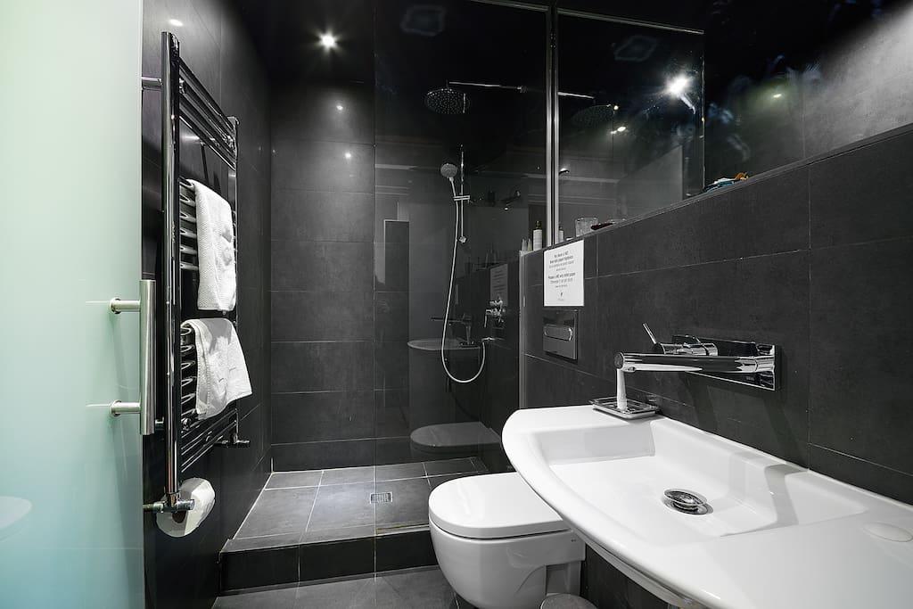 Visión general del baño. Ponemos toallas y gel y champú