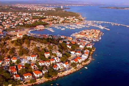 Kroatië woning aan zee. - Tribunj - Apartament