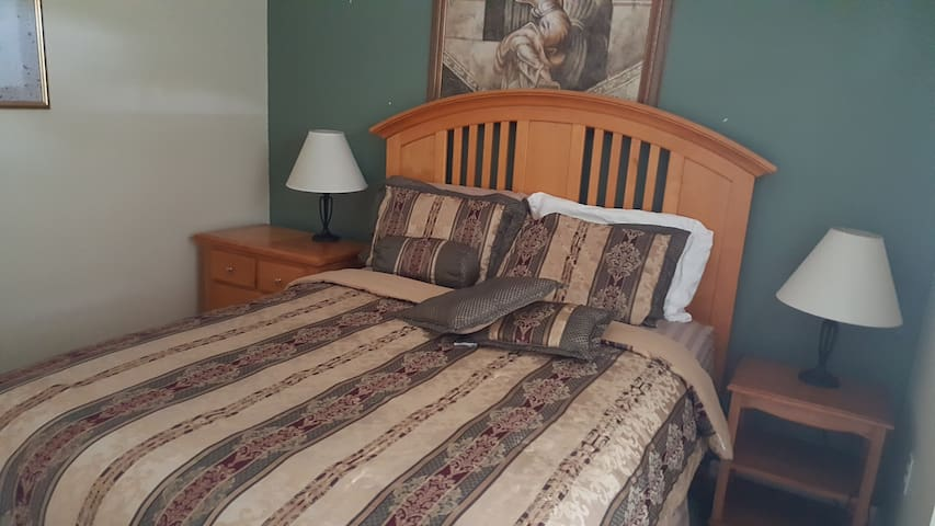 Private Room-Queen Bed/Near Disney