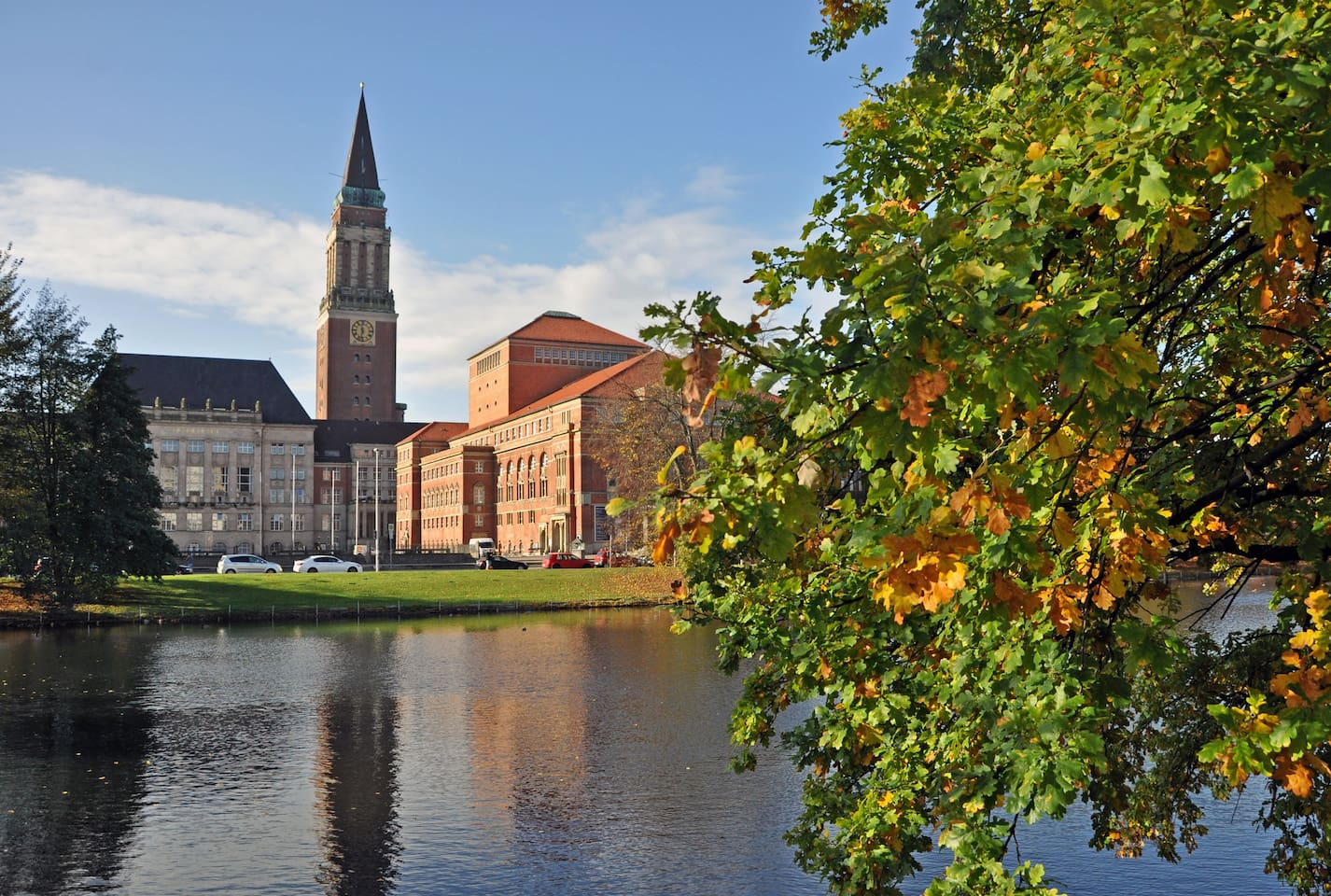 Walk to Central station, town hall, shopping mall, bars, restaurants, Ostseekay, Sparkassen Arena, Port of Kiel, Oslokay & local farmers market within a couple of minutes. Location, location, location. this brand new apartment is in the heart of Kiel