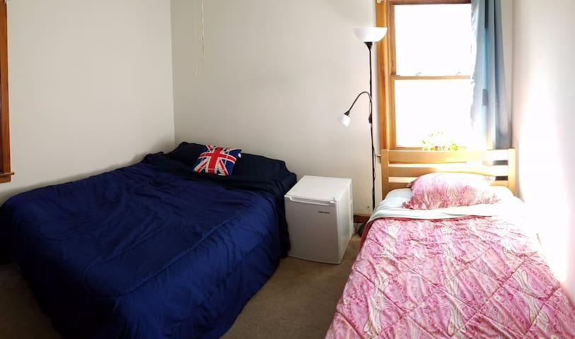 02b. Queen bed in coed room - Chicago - Huoneisto