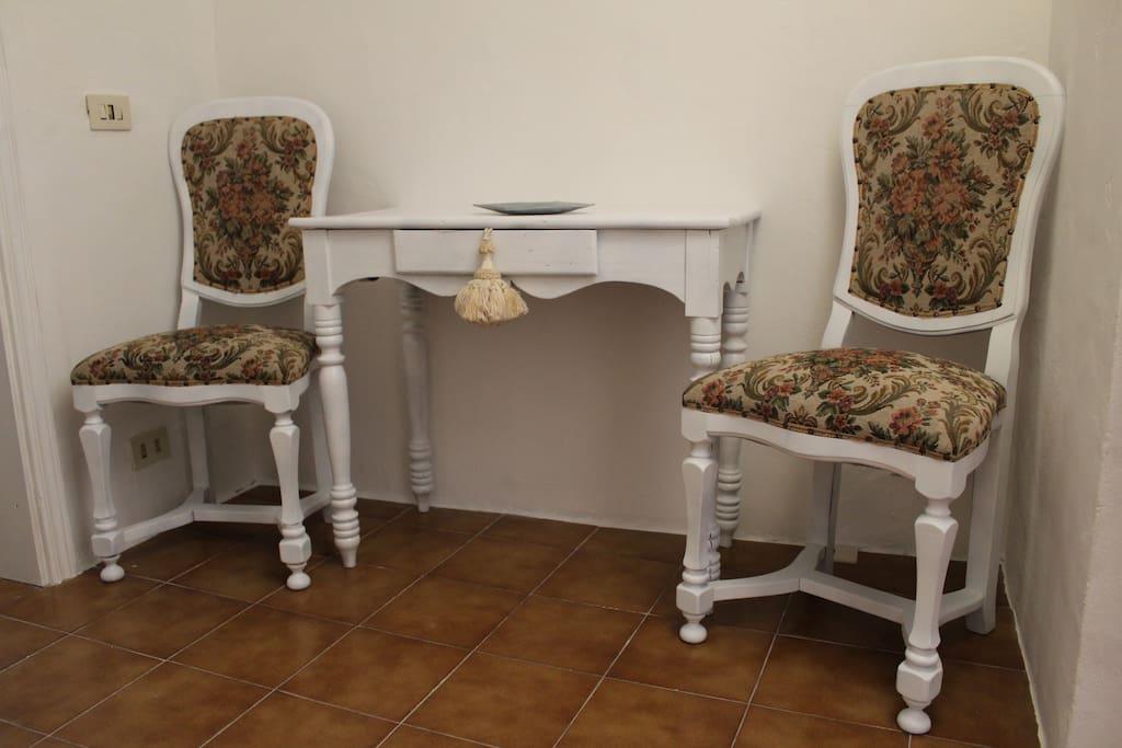 Particolare del soggiorno con mobilio dei primi del 900. E' presente un divano letto matrimoniale alla francese. 2 ospiti.