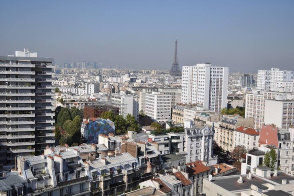 La vue depuis le Balcon du séjour (orienté ouest)  vers la Tour Eiffel, la Défense et l'Arc de Triomphe