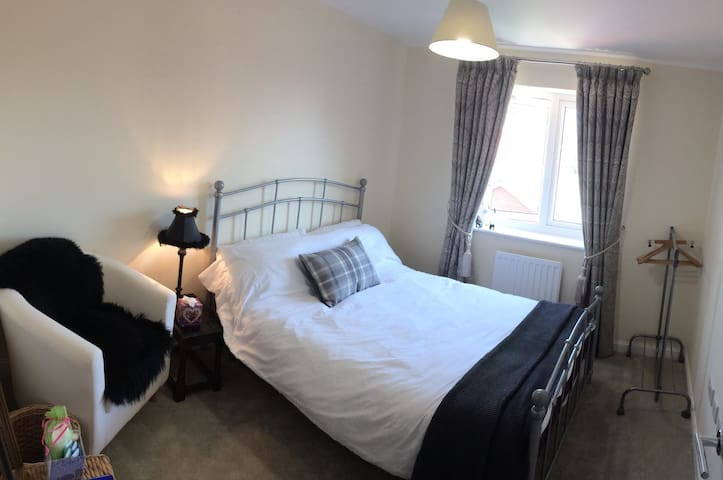 Bright Double Bedroom close to A30 & the Airport - Ottery Saint Mary - House