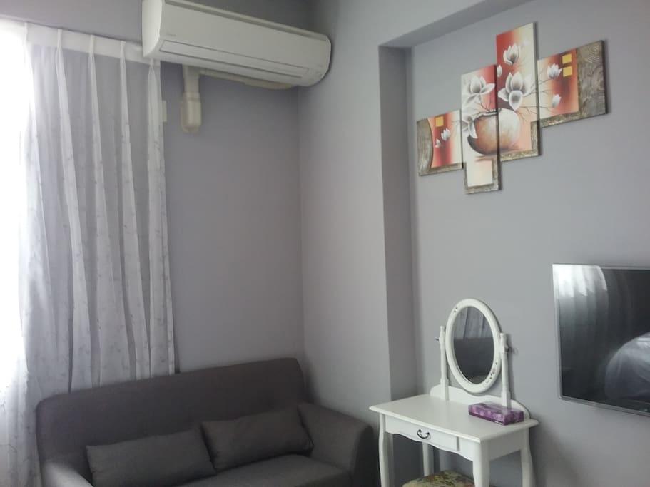 房間大金變頻冷暖機及原木地板,舒適又溫暖