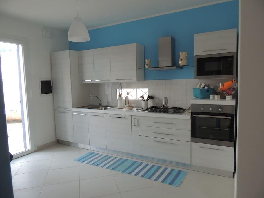 Cucina essenziale e completa di ogni confort: lavastoviglie, forno, microonde, frigorifero, congelatore, cappa.