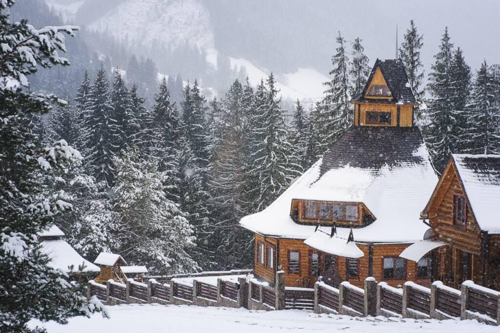 «Ясный Дом» находится в несколько отдаленной местности, в окружении живописных карпатских гор, в море еловых лесов. Из окон усадьбы открывается вид на сотню километров в сторону заснеженного Черногорского хребта.