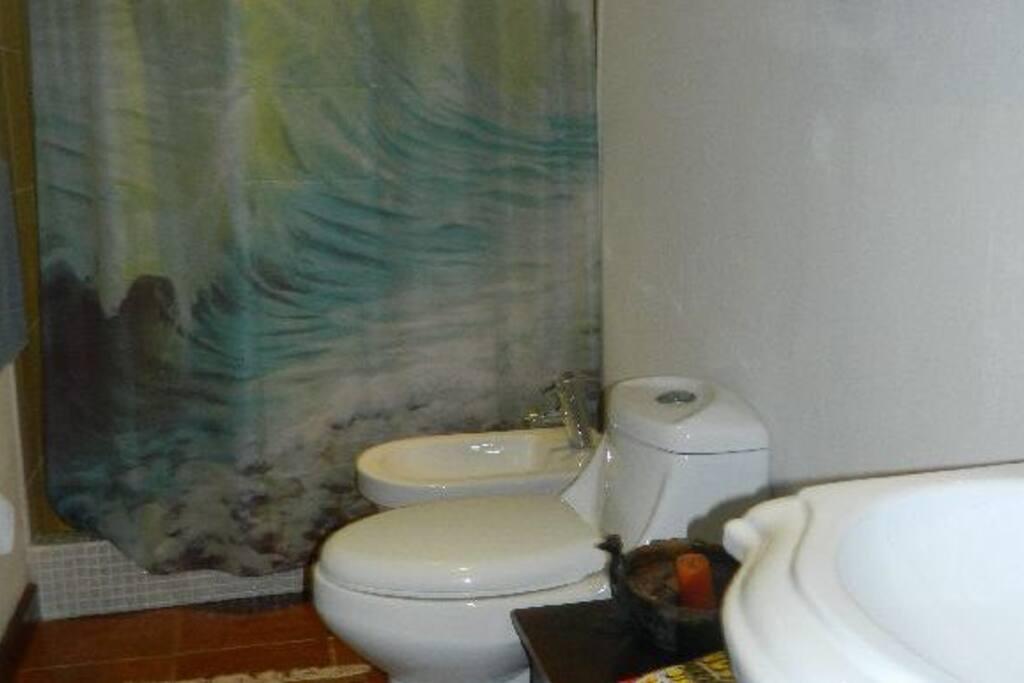 Baño se encuentra justo al lado de la habitación, cuenta con agua caliente, espejo, lavamanos y sanitario.