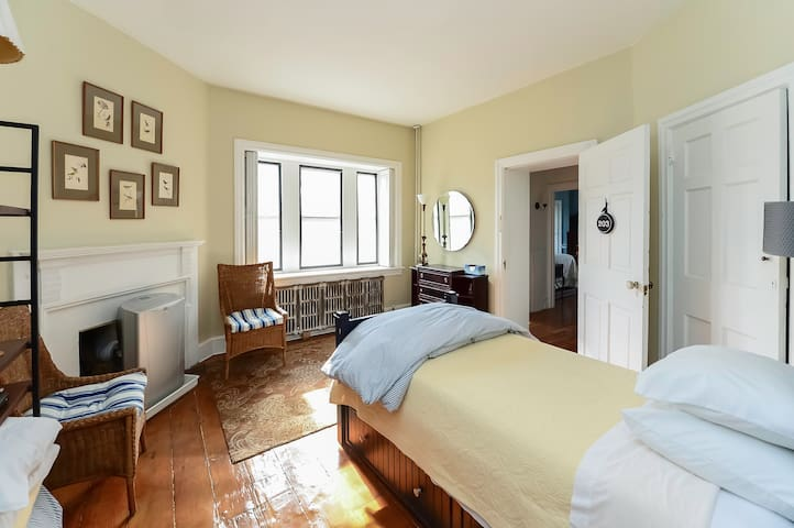 Private bedroom, Twin bed and pull out twin