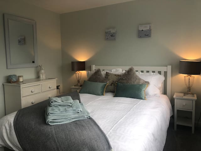Modern and bright king bed in lovely townhouse.