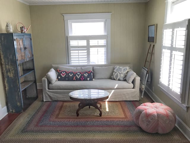 LOCATION! 1.5 blocks from Lake MI Beach & DOWNTOWN - Charlevoix - House