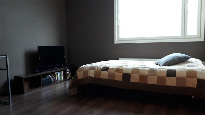 Erillinen makuuhuone rauhalliselle yöpyjälle