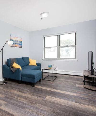 Spacious | Modern | 2 BR | Parking | near NYC/EWR