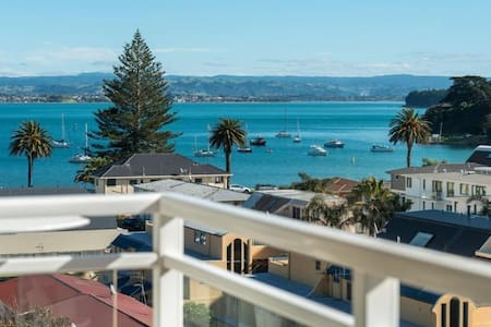 Central, Sunny, beach-side penthouse with sea view - Tauranga