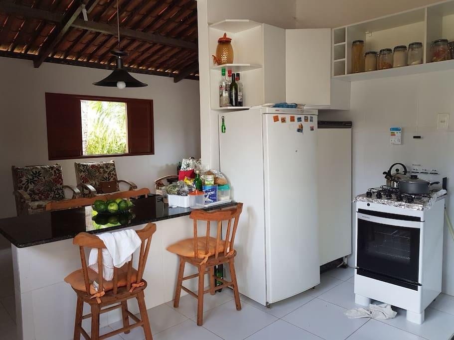 Cozinha com fogão, geladeira, freezer, microondas e utensílios gerais