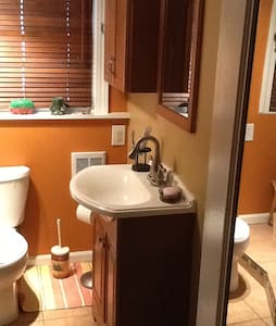 A relaxing studio apartment with kitchen and bath - Feasterville-Trevose