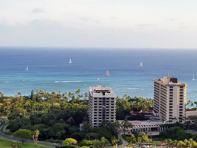 Waikiki Condo for Two With Amazing Views