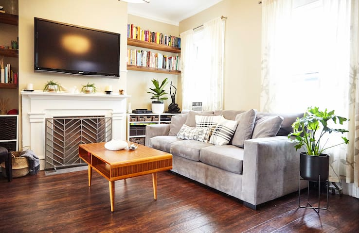 Cozy 2BD/3 Bed and Outdoor Deck Brooklyn Apt