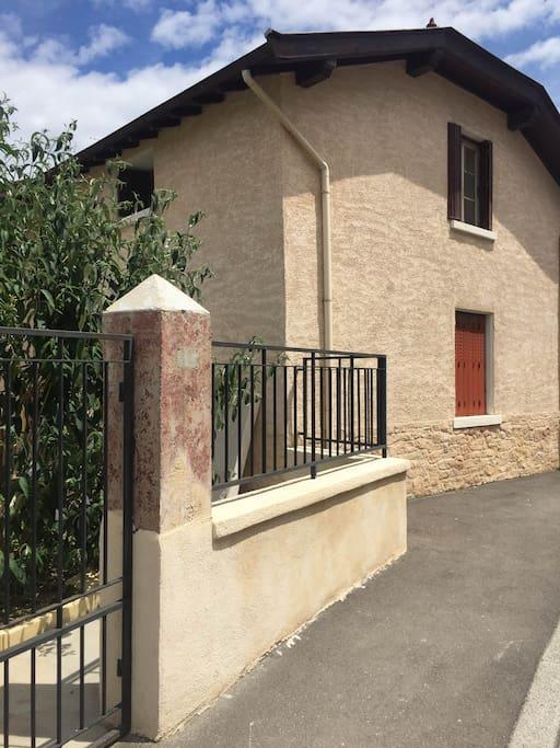 3 pieces meubl s maisons de ville louer saint priest auvergne rh ne alpes france. Black Bedroom Furniture Sets. Home Design Ideas