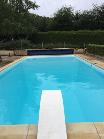 En lisière de la forêt avec piscine privée - Jupilles - Hus