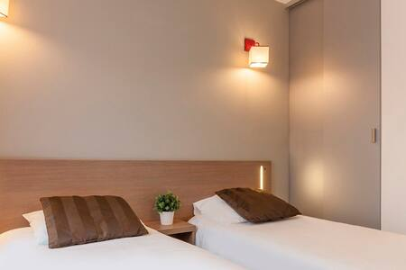 Détendez-vous dans nos studios twin confortables et fonctionnels de 18m², disposant d'un lit double, de fenêtres insonorisées et d'un téléviseur LCD.