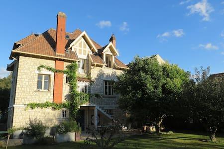 Big flat in a villa - brink of the Seine river - Samois-sur-Seine - 独立屋