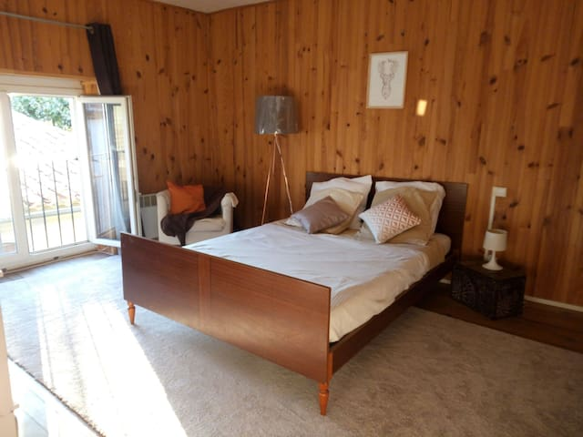 Private room in a charming village - villemoustaussou