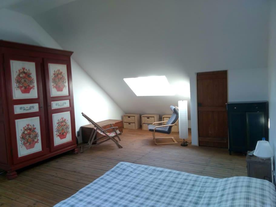 Chambre 4: lit double et coin lecture