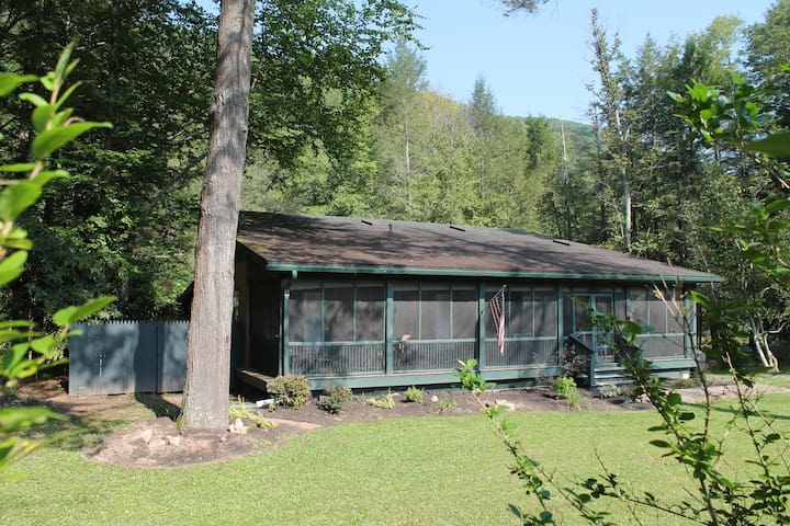 Creekside Cabin - Full-length Screened In Porch (front facade)