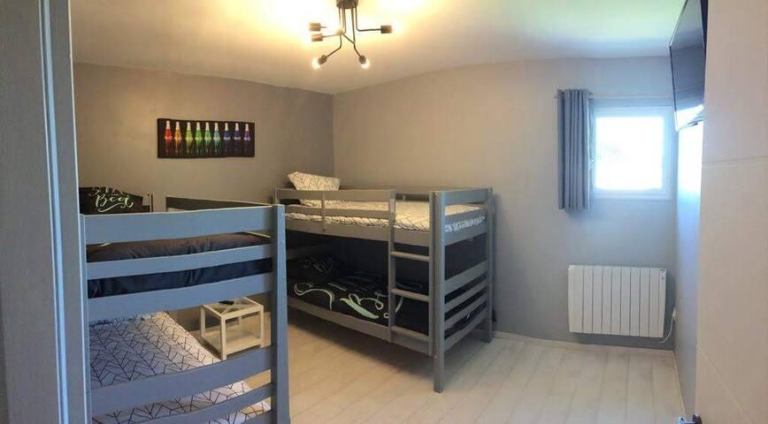 Chambre avec 2 lits superposés de 90/190 , TV