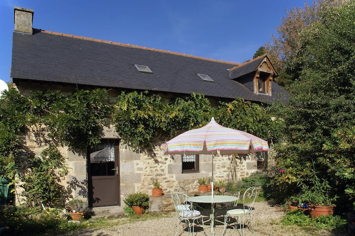 Cosy holiday home with terrace and garden near Quimperlé.
