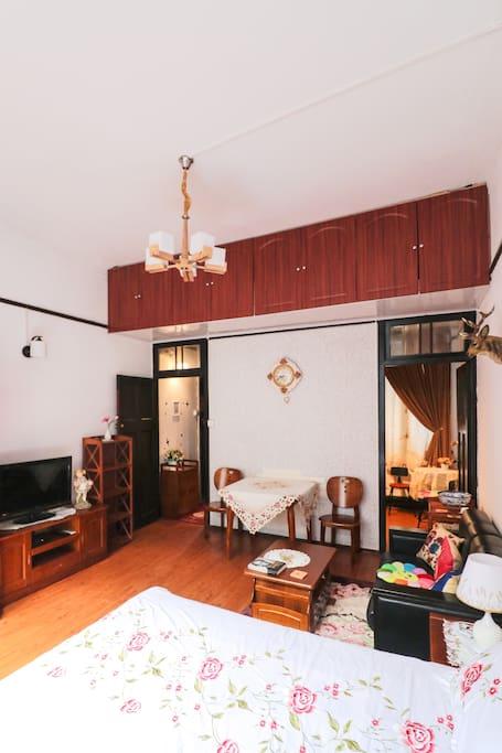大房与后面的小房相连。玄关走廊的尽头卫生间。