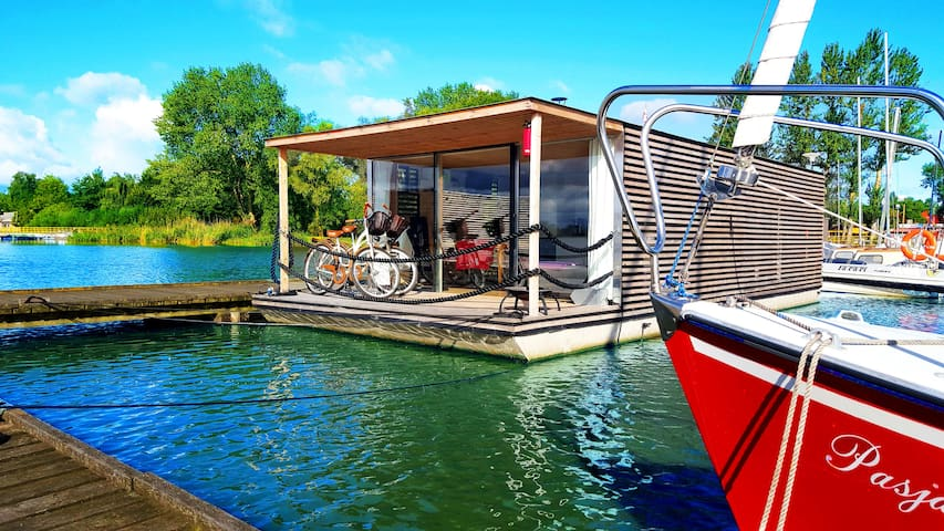 Houseboat with 3 bedrooms, fireplace and terrace
