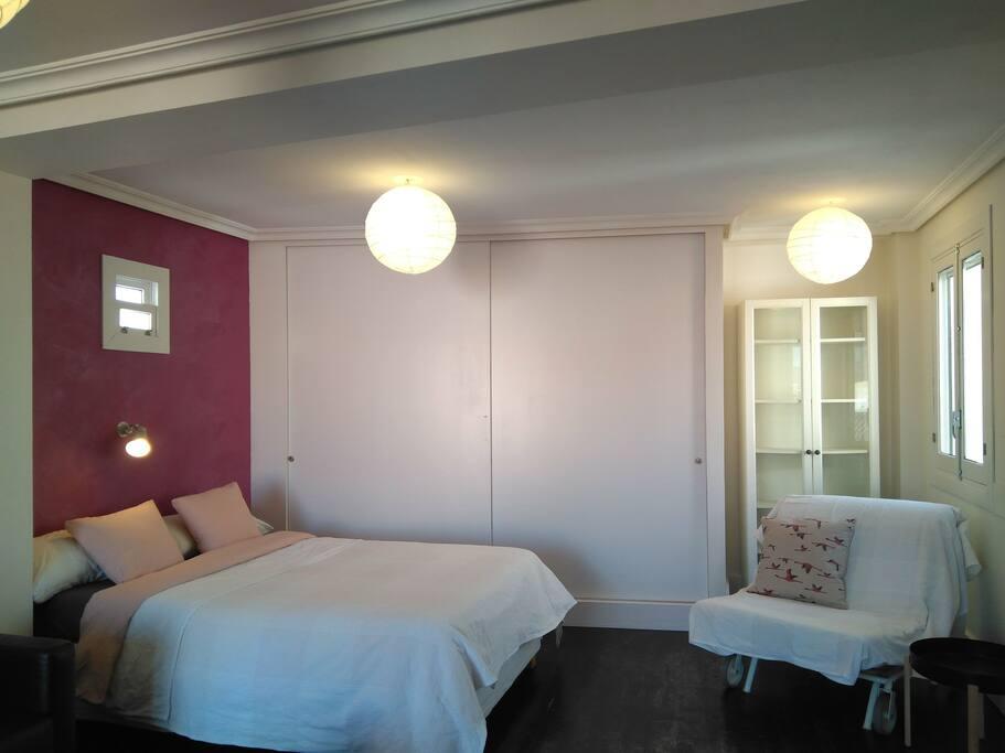 Zona dormitorio. Cama de 1,40m. y sofá cama de 80cm.
