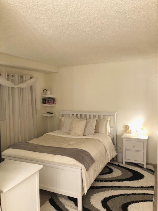 Bedroom (queen mattress)