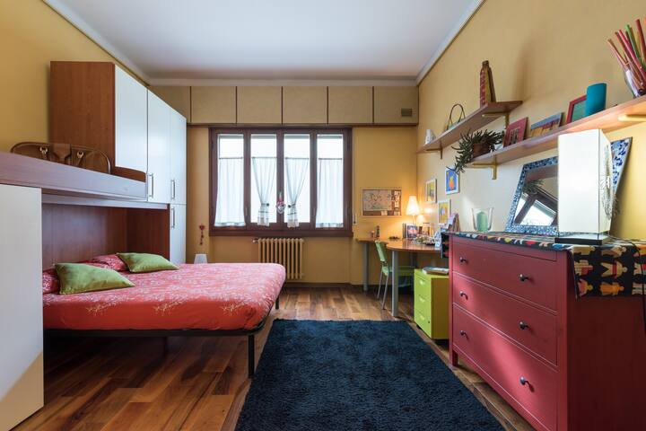 Warm and Colorful Room in a Wooden House ❤