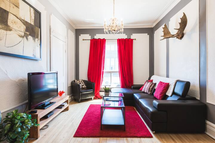 Charming living room with HD TV (Free Netflix and cable access)