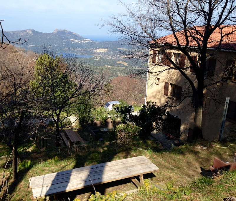 La maison est noyée dans les jardins aux abords du village. Divers appartements