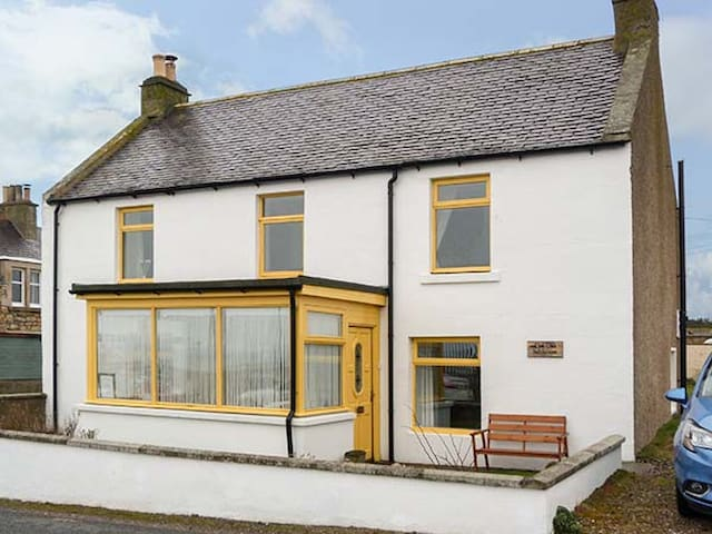 OLD SALTHOUSE, pet friendly, with open fire in Hopeman, Ref 6215