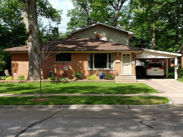 5 BD Home Minutes Away from Downtown/Big House!