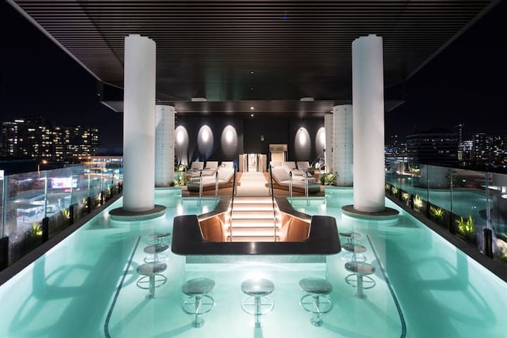 Infinity pool and bar