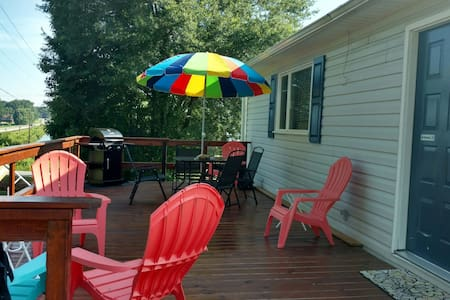 BUDGET FRIENDLY LAKE VIEW COTTAGE! - Inman - Casa