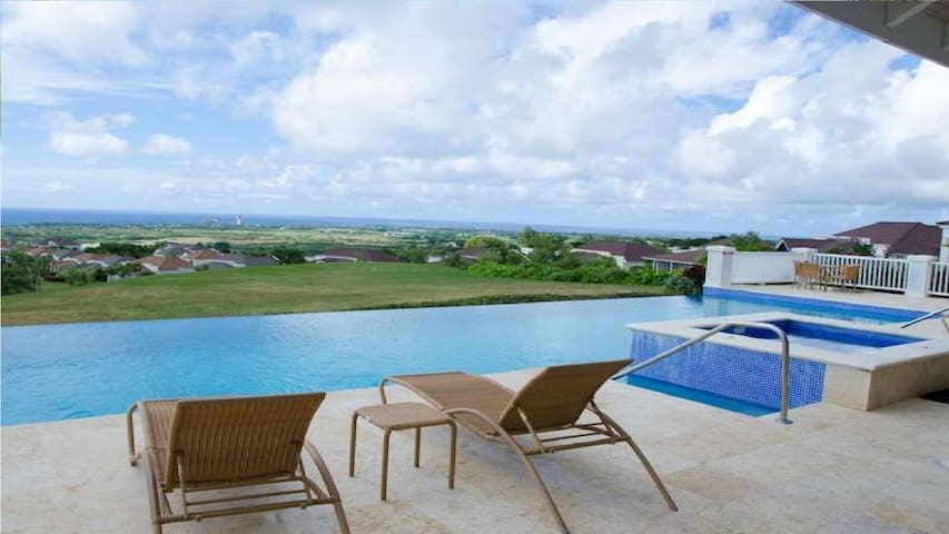 Luxury 2 Bedroom Apt in Stunning Vuemont, 2 Pools