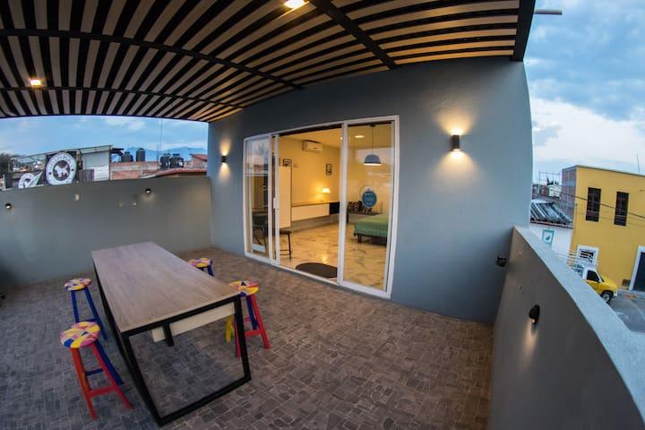 Tenemos una mesa con cubierta de cuarzo en la terraza perfecta para tomar una cerveza fría, leer, comer o pasar un tiempo agradable.