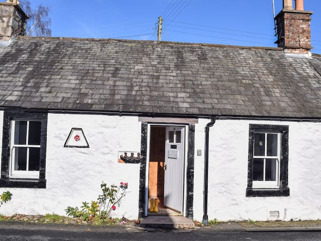 ROSEWALL COTTAGE, pet friendly in New Abbey, Ref 973122