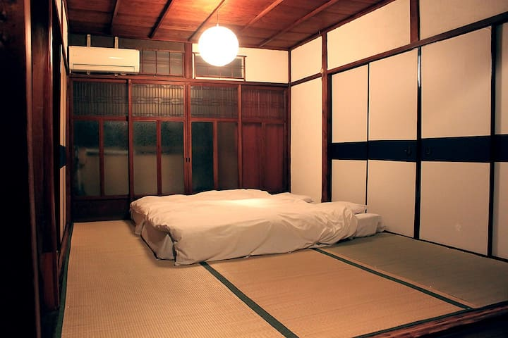 1st Floor Summer - Bed room(10.92㎡ /6畳) is up to 3 beds (Futon). In addition there are closet room (8.19㎡/4.5畳) and porches, garden, corridors, back yard, kitchen, dining room.