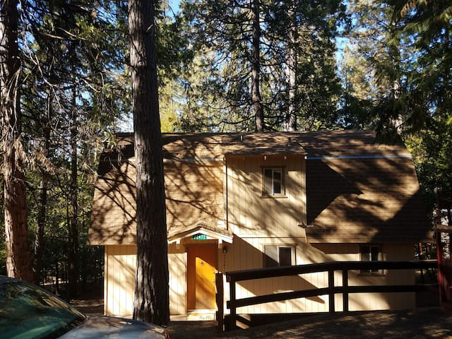 Quiet cabin in the woods with Lake membership