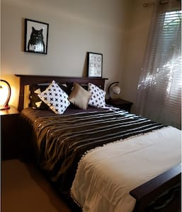 Safe quiet area Queen size Bed unlimited NBN.