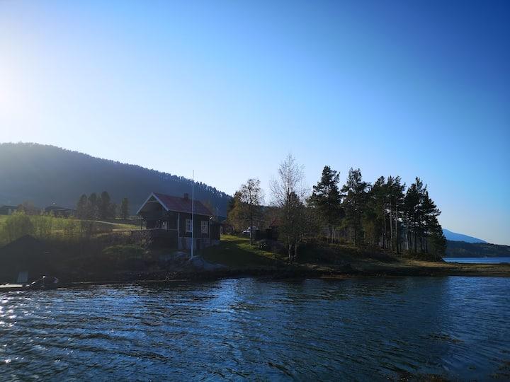Huskestua - sjarmerende, eldre hytte ved sjøen.