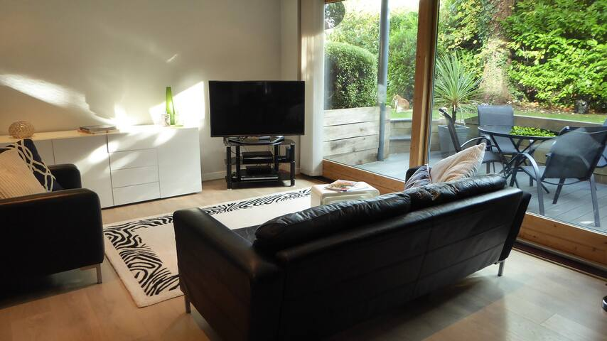 Stylish contemporary apartment with private patio - Winchester